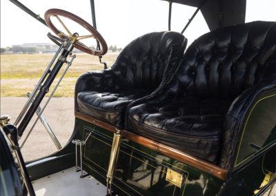 1908 Stanley Model M Five-Passenger Touring paré pour le départ bien calé dans votre siège - Hershey Auction.
