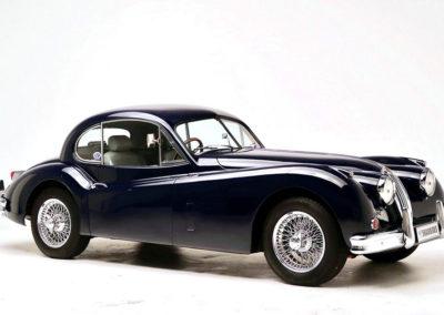 1956 Jaguar XK140 FHC vue trois quarts avant droit.
