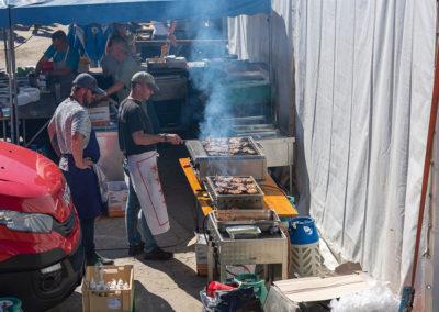Cuisine chaude avec grillades, raclette, sandwiches, et en quantité pour nourrir la foule.