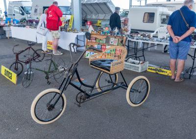Tricycle original avec siège en osier et coussin