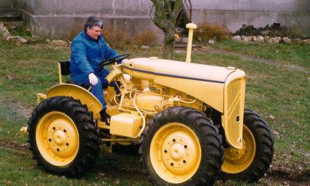 Le tracteur quitte les travaux des champs et rejoint les véhicules de collection