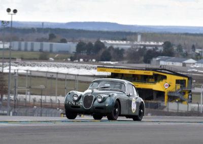1957-1961 Jaguar XK 150 sur le circuit du Mans lors de l'édition 2019 du Rallye de Paris.
