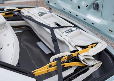 1991 Nissan Figaro la capote se range dans le coffre arrière.