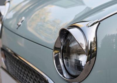 1991 Nissan Figaro les phares reçoivent des casquettes comme dans les années 50.