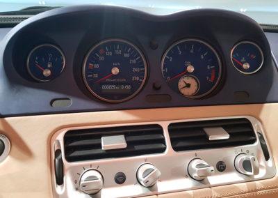 BMW Z8 Alpina particularité des compteurs à fond bleu
