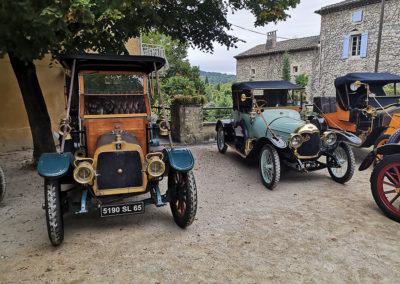 La Talbot London et la Philos cabriolet de 1912 se reposent place des marronniers à la Roque-sur-Cèze