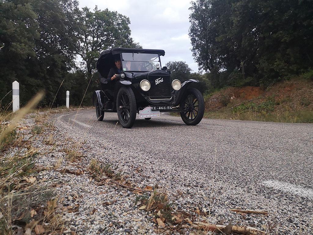La Ford T 1918 affiche un bon tempérament dans les sinueuses routes de Montagnette