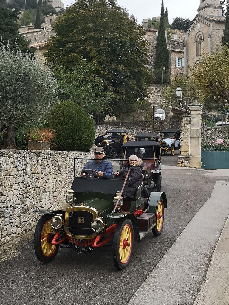 La Delahaye Type 32 de 1909 quitte l'un des plus beaux villages de France, La Roque-sur-Cèze