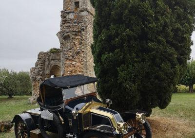 Une belle Renault CQ de 1912 devant les ruines de la Chapelle Saint-Martin à Saint Victor Lacoste