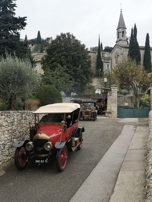 La Farandole des Ancêtres traverse la Roque-sur-Cèze, l'un des plus beaux villages de France