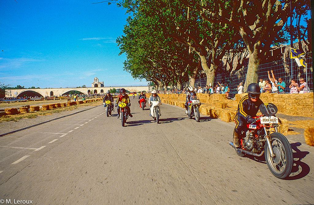 Course de motos sur les allées de l'Oulle, la locomotion à Avignon.