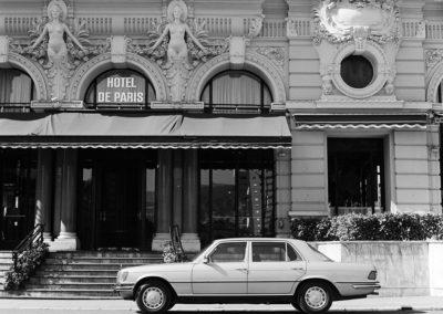 1975 Mercedes-Benz 450 SEL 6.9 - Vue devant Hôtel de Paris Monte-Carlo.