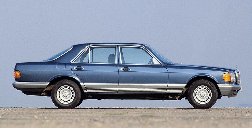 1979-1984 Mercedes-Benz S-Class reconnaissable à ses bas de caisse striés.