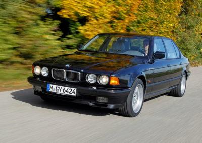 1991 BMW 750iL en concurrence avec la Mercedes-Benz 560 SEL.