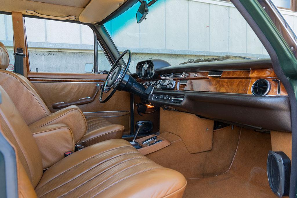 Mercedes-Benz 300 SEL 6.3 W109 - cuir, moquette épaisse et bois luxe discret.