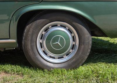 Mercedes-Benz 300 SEL 6.3 W109 - détail de roue avec enjoliveur couleur de la caisse.