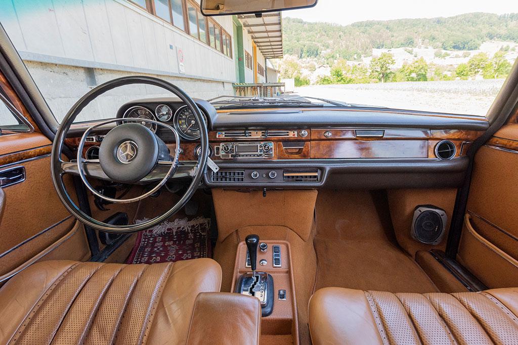 Mercedes-Benz 300 SEL 6.3 W109 - l'espace avant est impressionnant sans doute à cause de l'absence de console centrale.