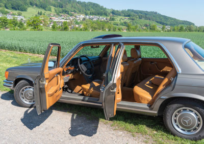 Mercedes-Benz 450 SEL 6.9 - Intérieur cuir en option tout comme le toit ouvrant.