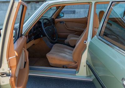 Mercedes-Benz 450 SEL 6.9 - L'accès aux places avant est aisé.