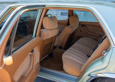 Mercedes-Benz 450 SEL 6.9 - L'accès aux places arrière est facilité grâce aux portes arrière plus longues.