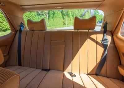 Mercedes-Benz 450 SEL 6.9 - La banquette arrière accepte trois personnes.