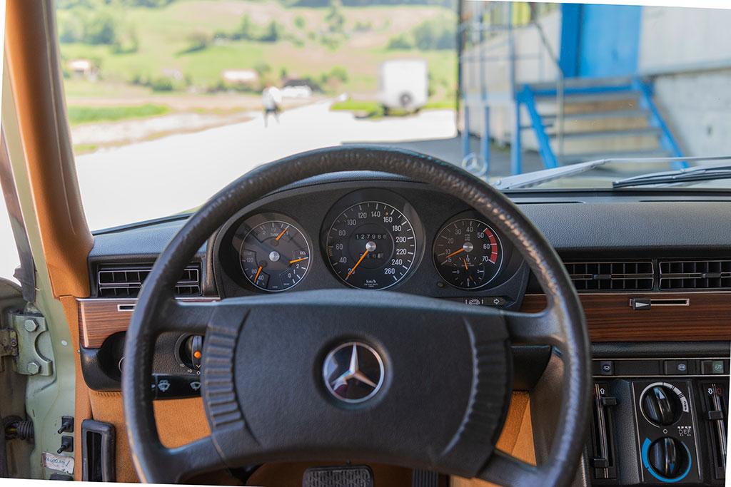 Mercedes-Benz 450 SEL 6.9 - à gauche : eau, essence et huile, au centre tachymètre gradué jusqu'à 260 et compte-tours à droite.
