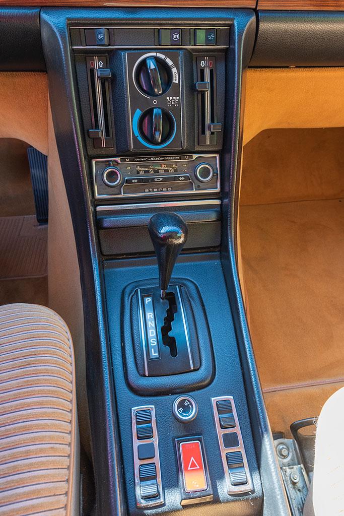 Mercedes-Benz 450 SEL 6.9 - La console centrale regroupe les vitres électriques et les commandes de climatisation.
