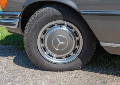 Mercedes-Benz 450 SEL 6.9 - L'enjoliveur est de la couleur de la carrosserie.