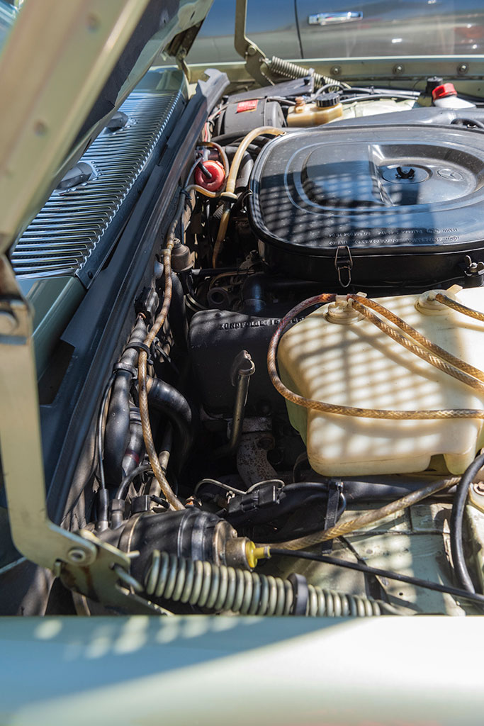 Mercedes-Benz 450 SEL 6.9 - Détail de la jauge d'huile et sa position spécifique côté roue avant droite.