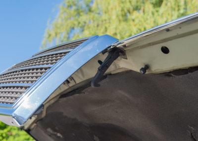 Mercedes-Benz 450 SEL 6.9 - Le capot moteur s'ouvre grâce à ce système de part et d'autre de la calandre.