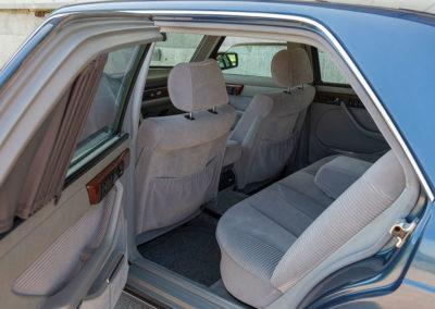 Mercedes-Benz 560 SEL - L'accès aux places arrière est facilité grâce aux portes arrière plus longues.