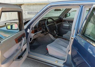 Mercedes-Benz 560 SEL - L'accès aux places avant est aisé.
