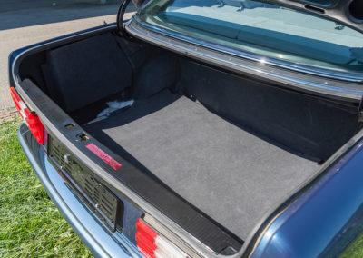 Mercedes-Benz 560 SEL - Elle offre un coffre de grande capacité.