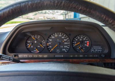 Mercedes-Benz 560 SEL - Nous retrouvons les trois compteurs de la version W116 modernisés.
