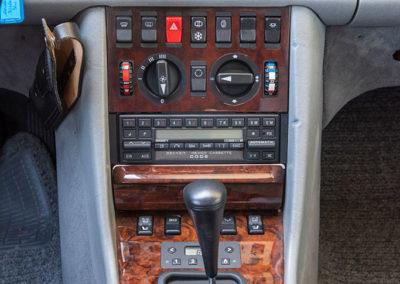 Mercedes-Benz 560 SEL - Une console centrale bien remplie des différents interrupteurs et le chauffage auxiliaire devant le levier de vitesse.