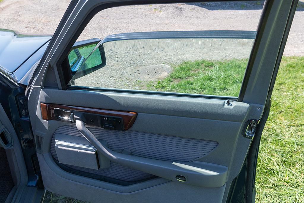 Mercedes-Benz 560 SEL - Vitrage blindée sur le modèle de notre essai.