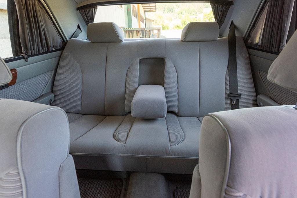 Mercedes-Benz 560 SEL - Large banquette arrière à dossier et assise électriques.