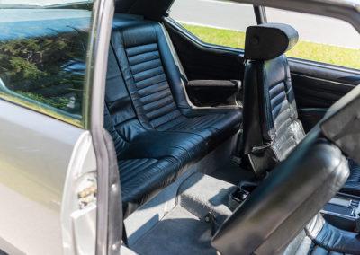 1974 Citroën SM, l'accès aux places arrière est limité mais accessible aux personnes de taille moyenne.