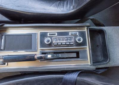 1974 Citroën SM, commande de vitres électriques, frein à main, poste de radio et cendrier sous son rideau.