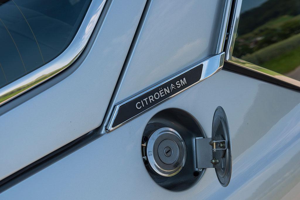 1974 Citroën SM, la trappe à essence cache un bouchon muni d'un clef.