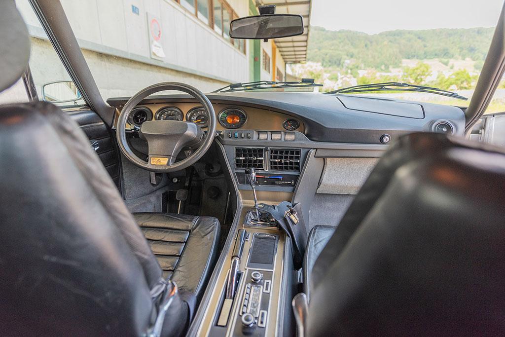 1974 Citroën SM, le dessin de la console central est très épuré et n'a pas vieilli.