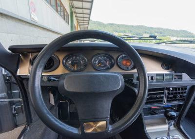 1974 Citroën SM, les cadrans ovoïdes spécifiques à la voiture manquent, aujourd'hui, de lisibilité.