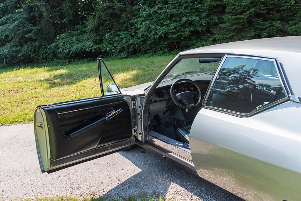 1974 Citroën SM, les portes s'ouvrent largement, attention dans les parkings.