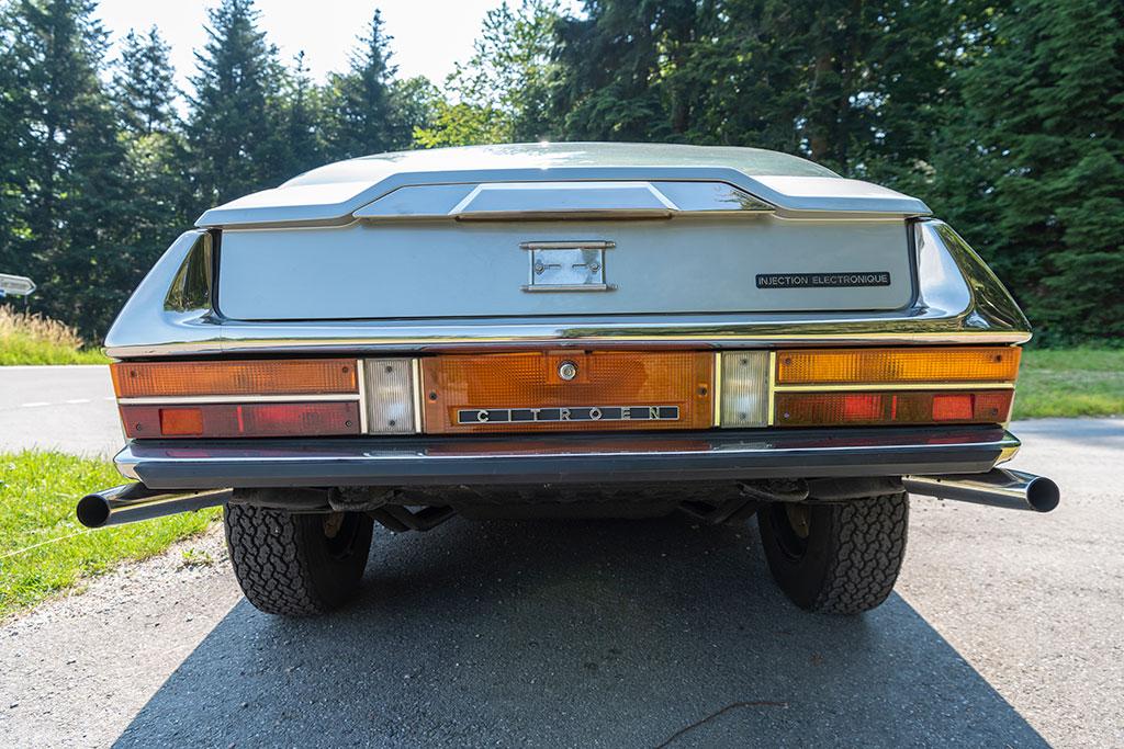 1974 Citroën SM, rampe de phares à l'avant, rampe de feux à l'arrière : une harmonie symétrique.