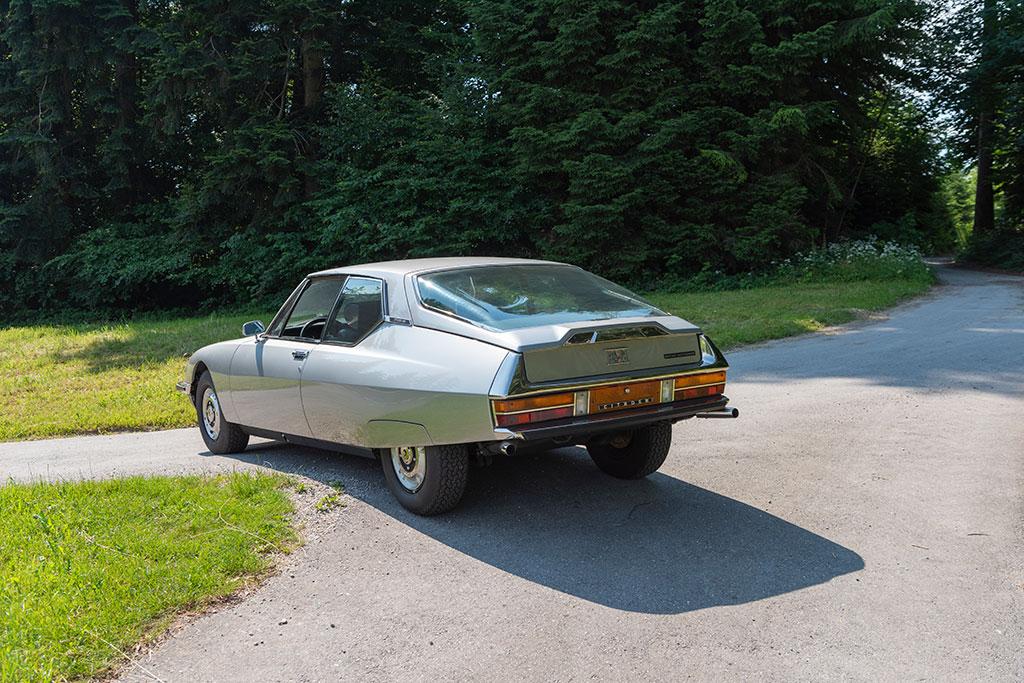 1974 Citroën SM, l'immense bulle arrière offre une visibilité parfaite malgré son inclinaison.