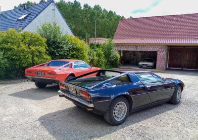 1975 Maserati Merak - premier plan - la Frua 1972 sur base DS - second plan. Les deux voitures ont été dessiné en 1971, la Merak par Giugiaro et la seconde par Frua. Le dessin des arches est proche entre les deux modèles.