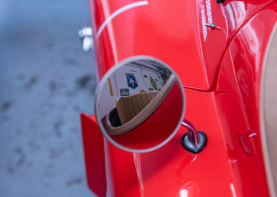 1954 Jaguar XK 120 OTS coup d'oeil dans le rétro avant de partir.