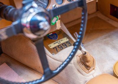 1954 Jaguar XK 120 OTS plaque indiquant le N° de la voiture.