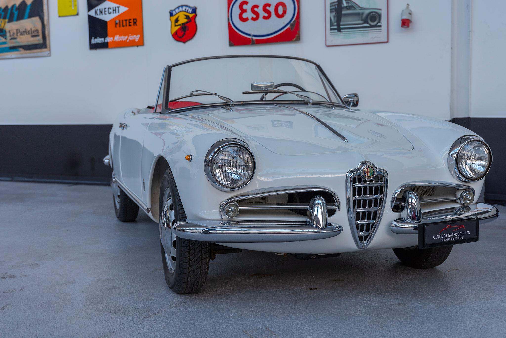 1960 Alfa Romeo Giulietta Spider vue trois quarts avant droit.