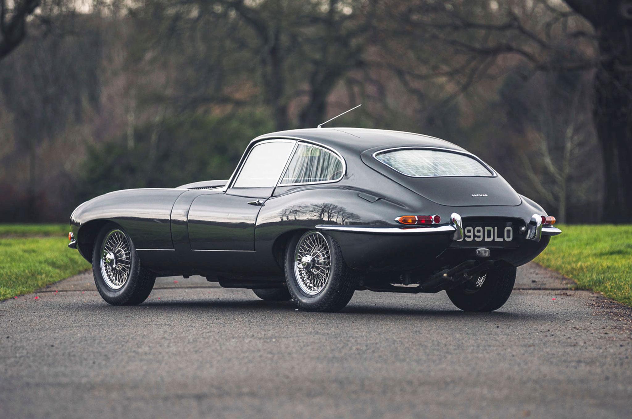 1961 Jaguar E Type 3.8 Series 1 FHC Flat-Floor Chassis N° 60 vue trois quarts arrière gauche - Silverstone Auctions Mars 2021.